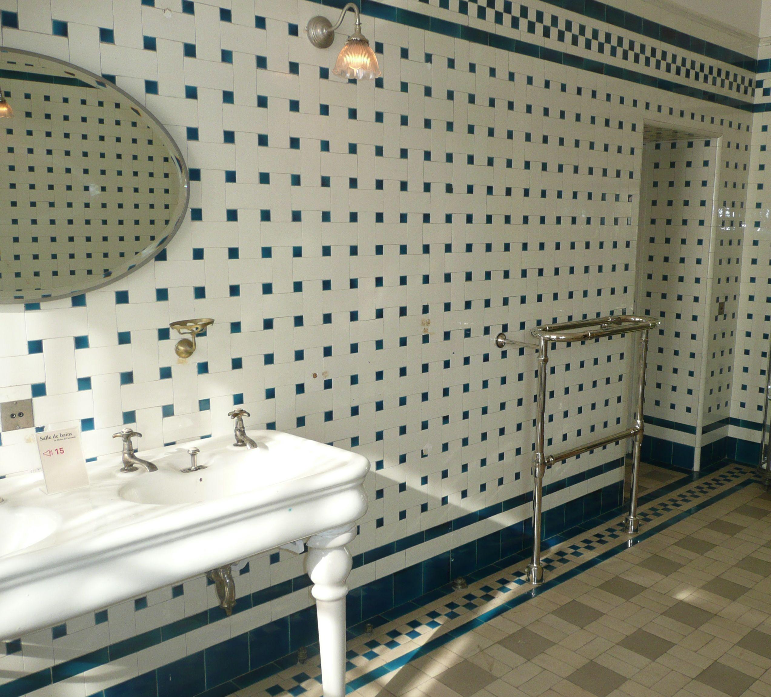 Les salles de bains du mus e nissim de camondo for Faience bleue salle de bain