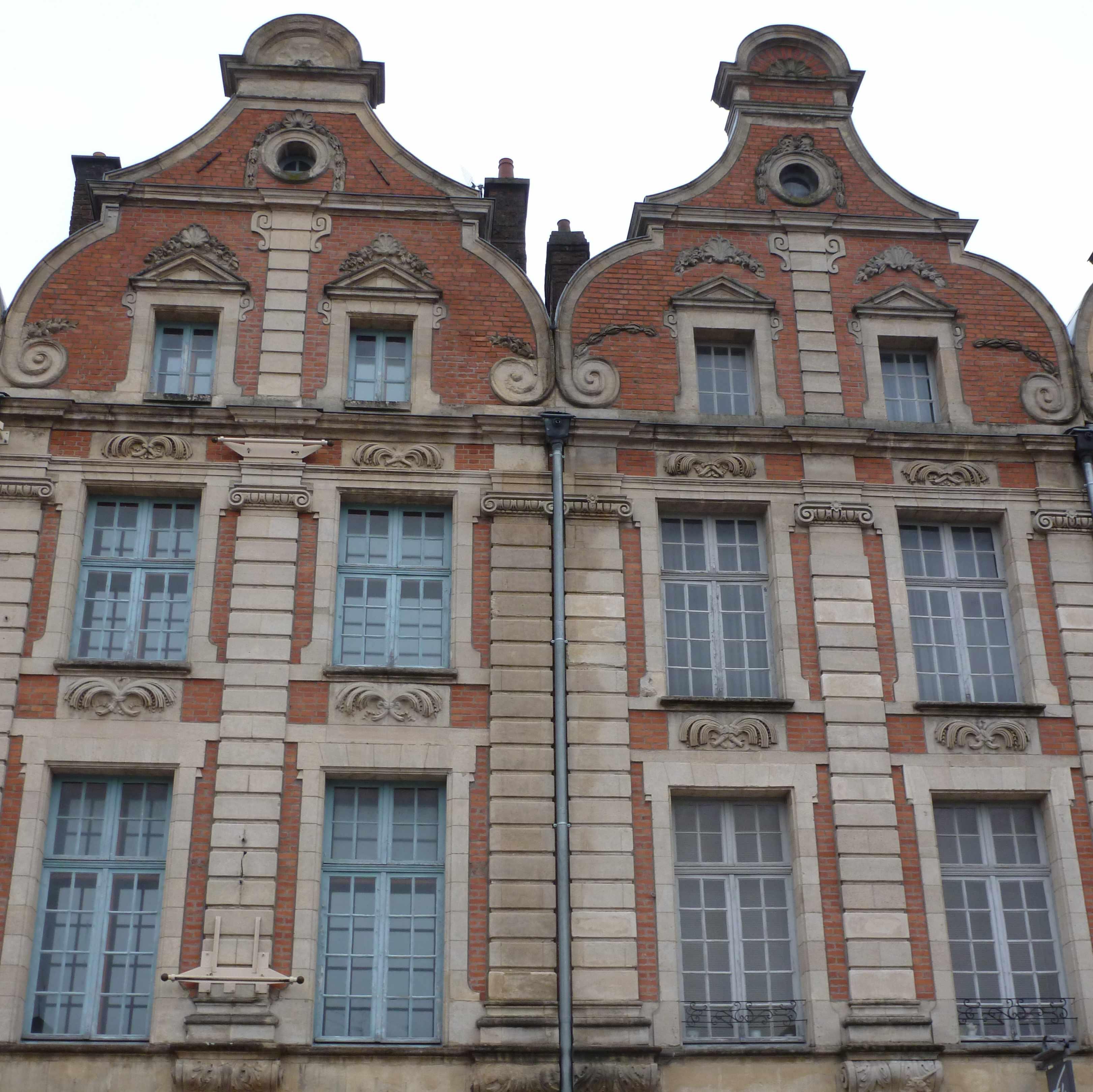 Maison brique pignon a volutes Arras place des heros 2012