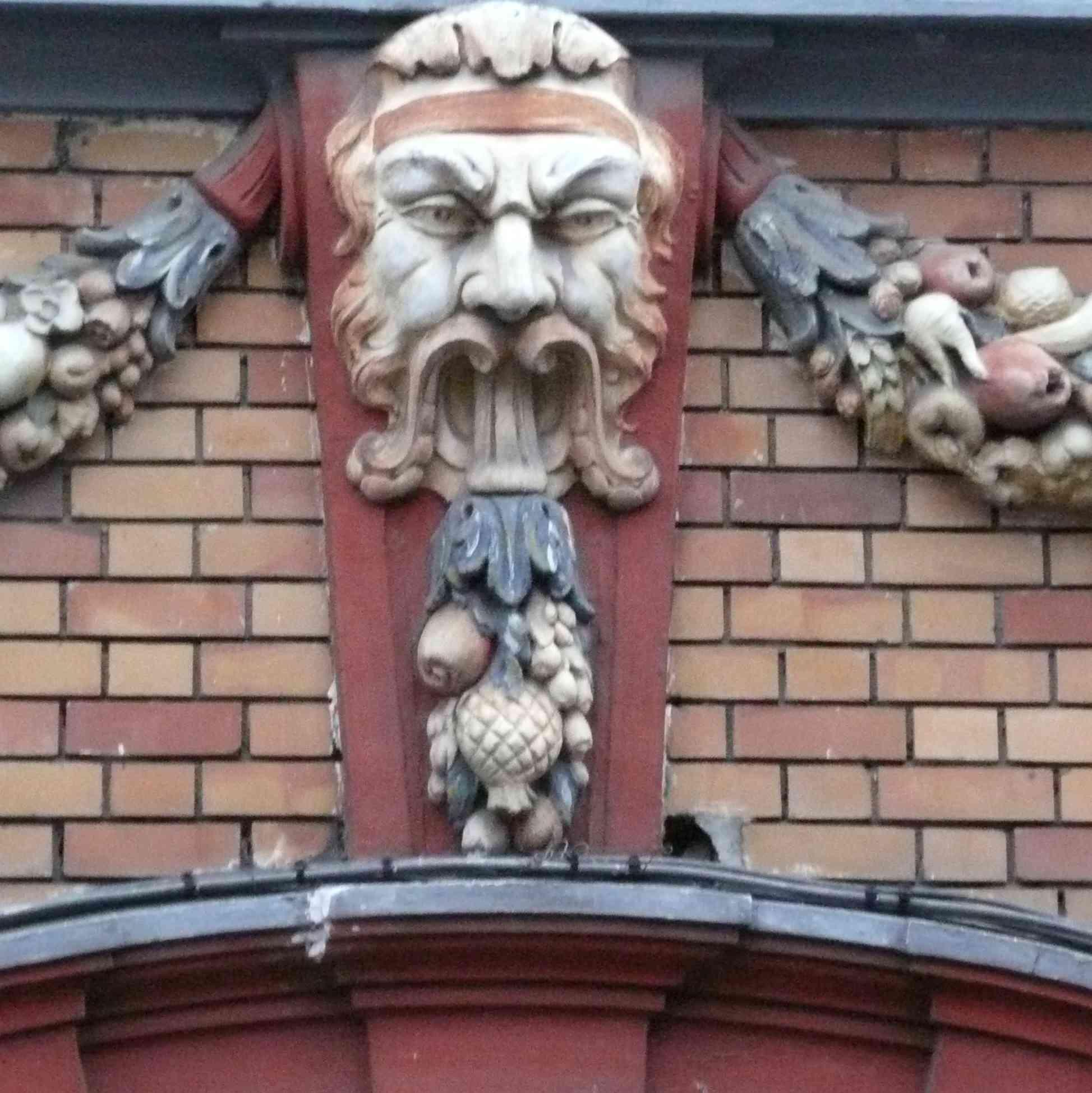 Lille place Rihour mascaron-briques