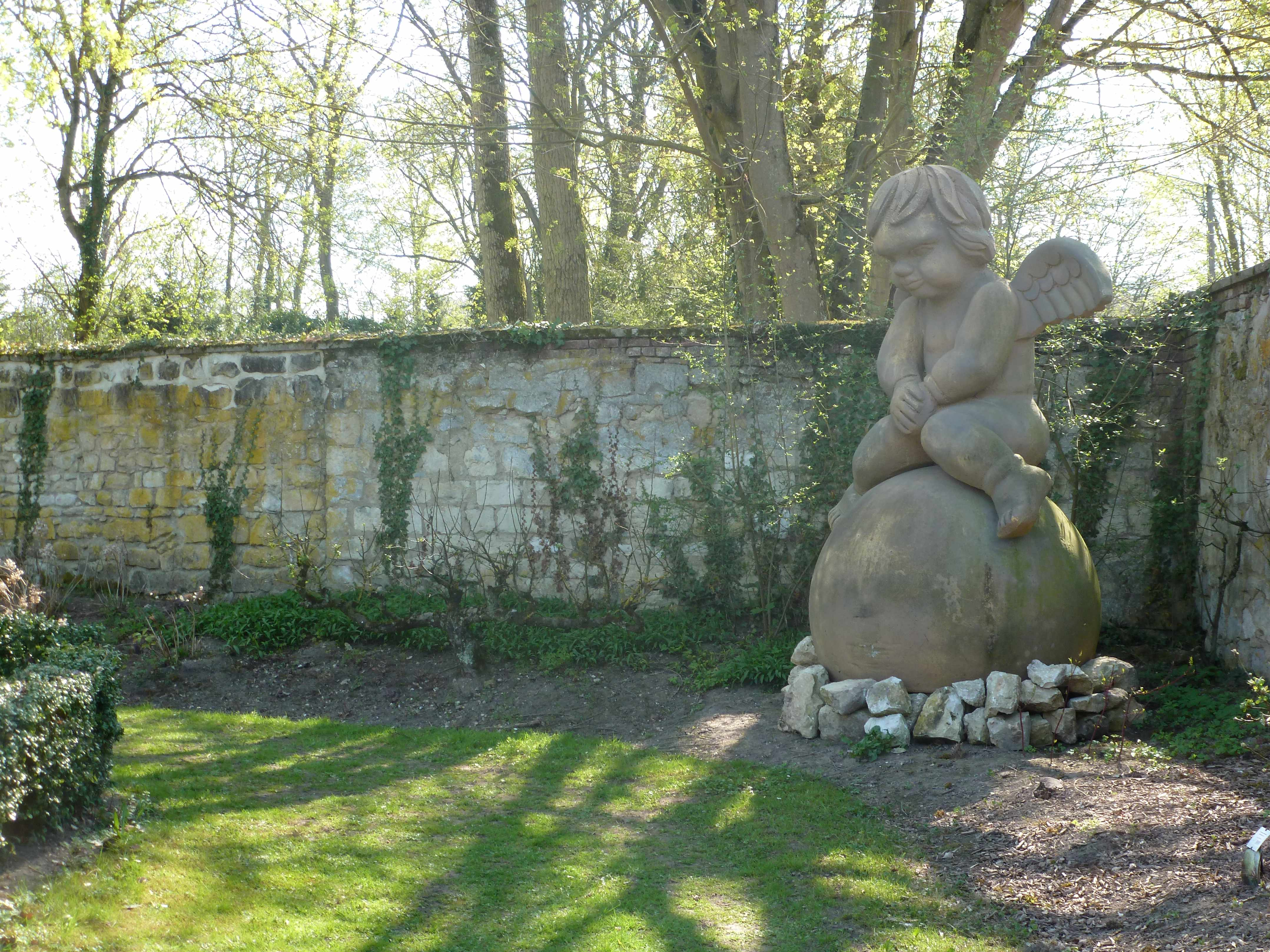 Abbaye Vaucelles gros ange jardin