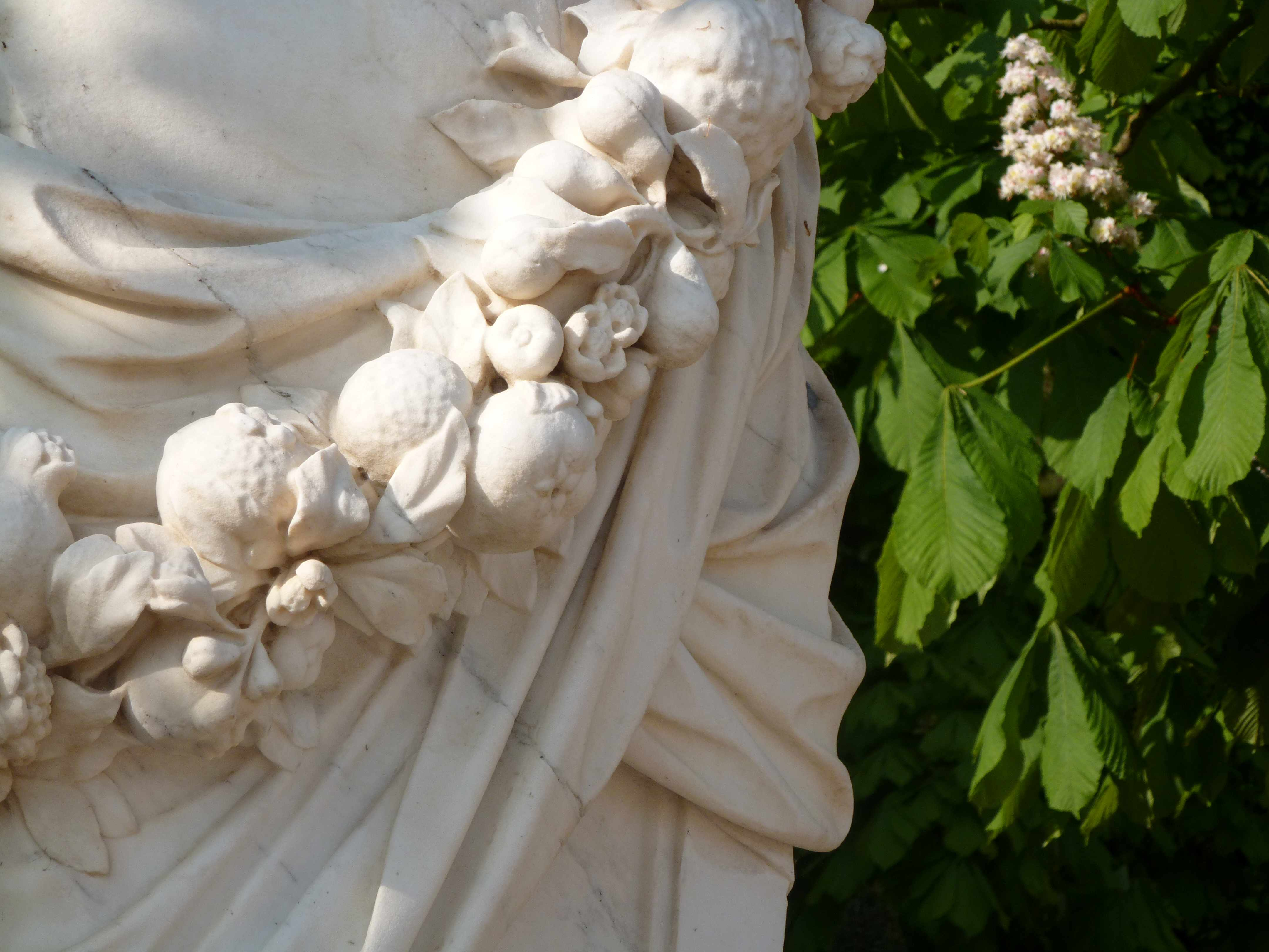 Versailles 05-2013 statue guirlande fruits et marronniers