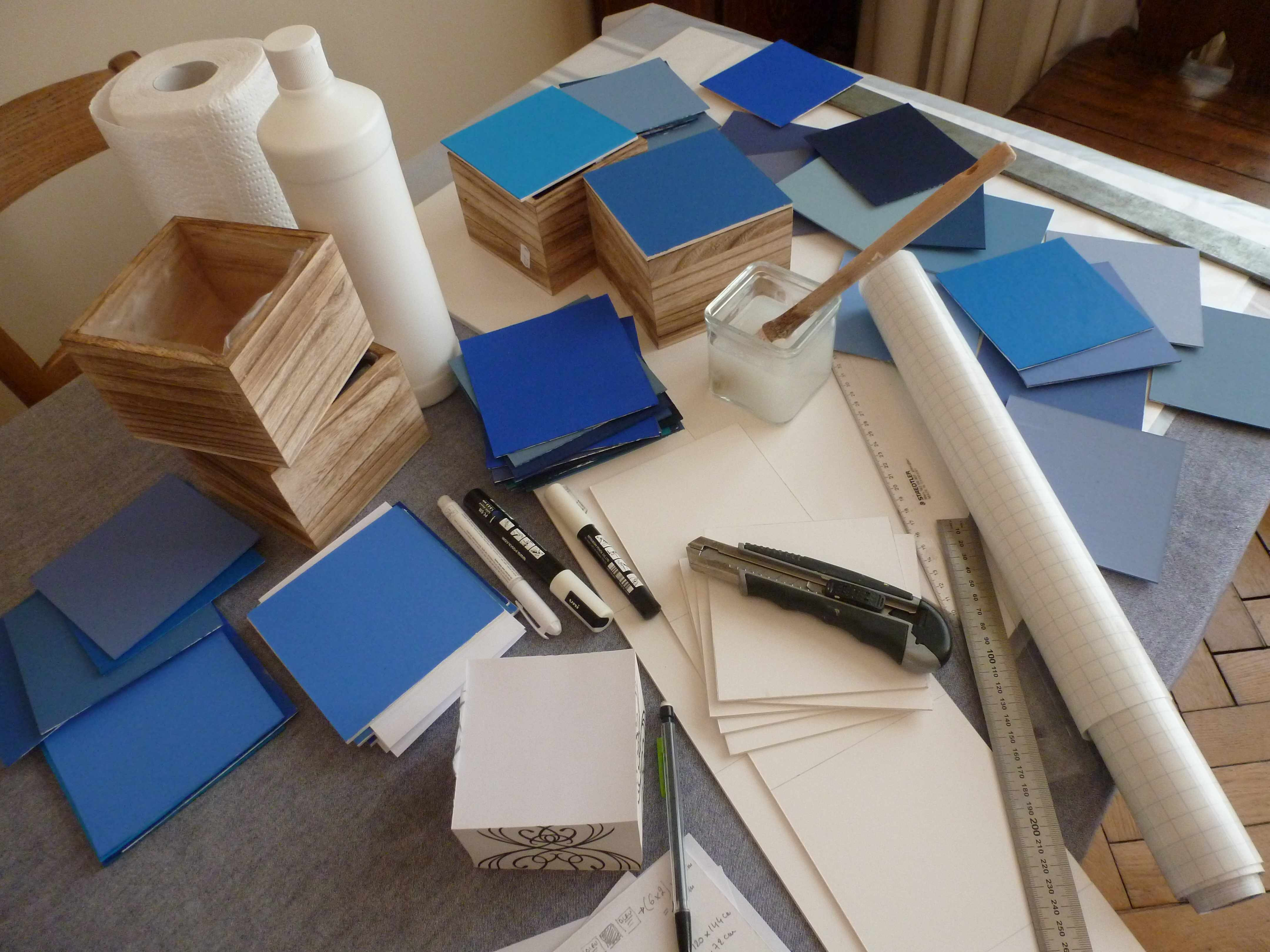 A-W couvercles boites carres bleus marque-table