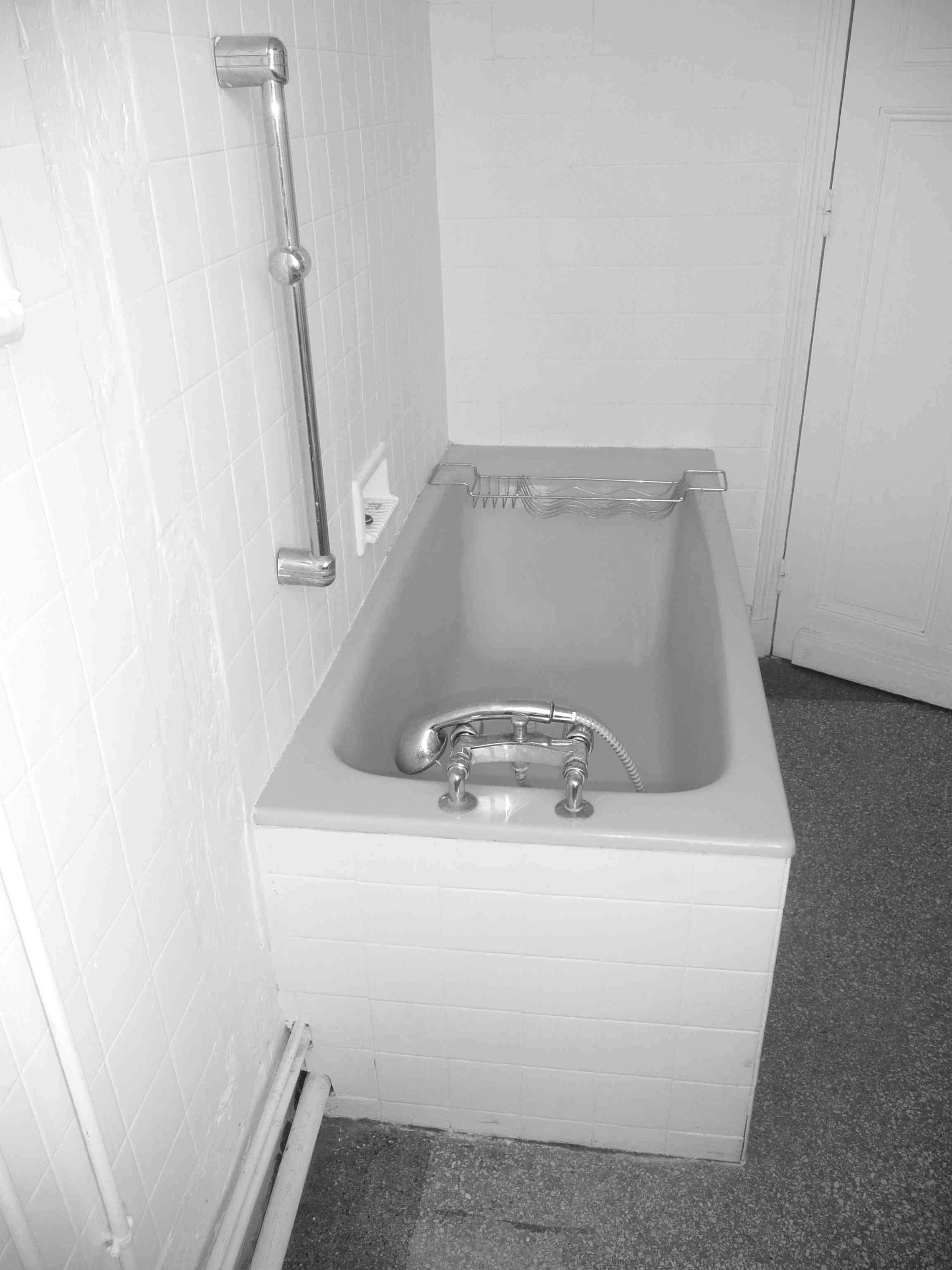 1 an 3 salles de bain 1 bleu et blanc for Baignoire faience bleue