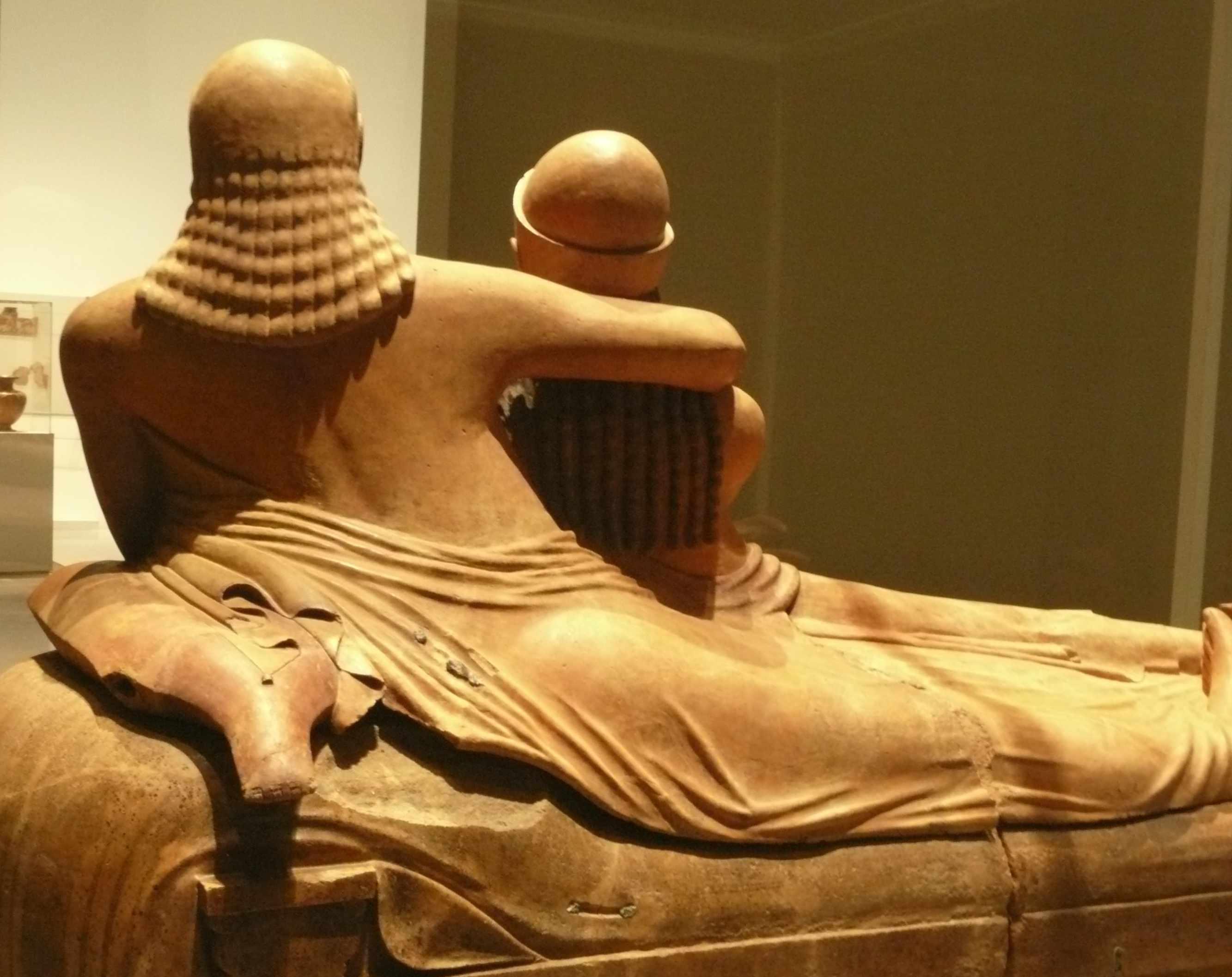 Sarcophage des epoux dos 530-520-AC Expo-Etrusques-Louvre-Lens-2014