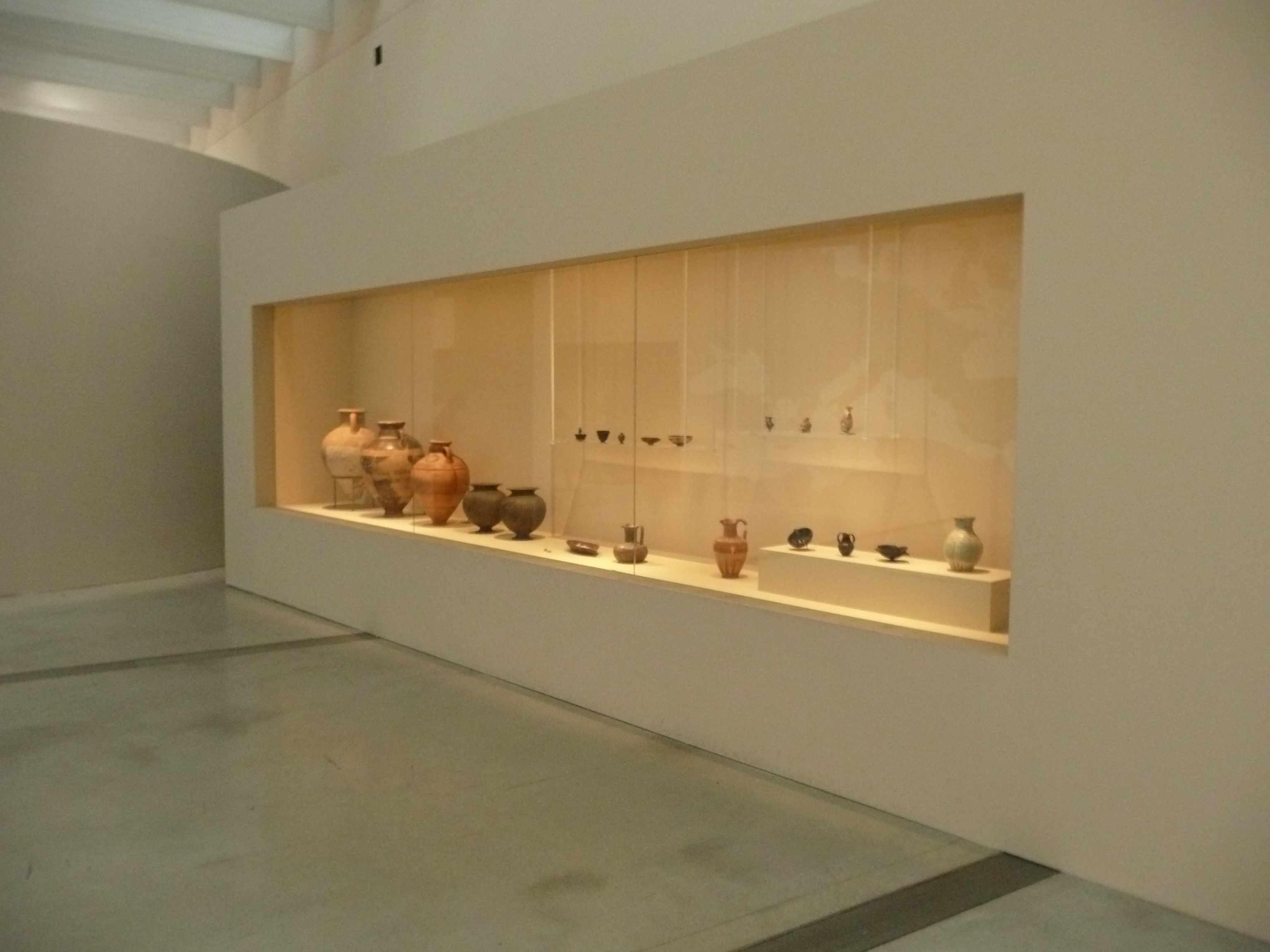 Vitrine amphores Expo-Etrusques-Louvre-Lens-2014