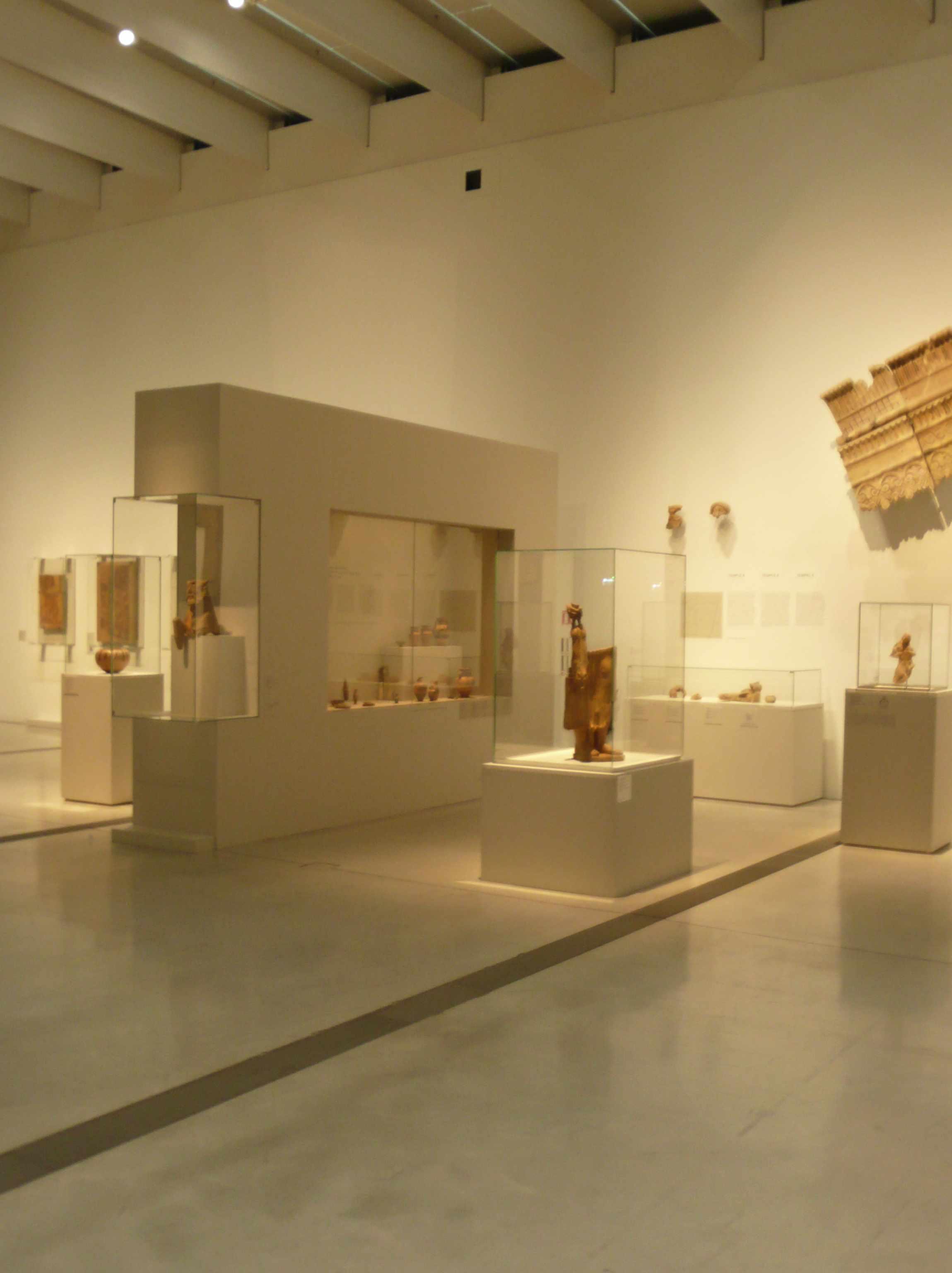 Vitrines Expo-Etrusques-Louvre-Lens-2014