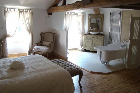 salle-de-bain ouverte sur chambre nuptiale La Fompatoise