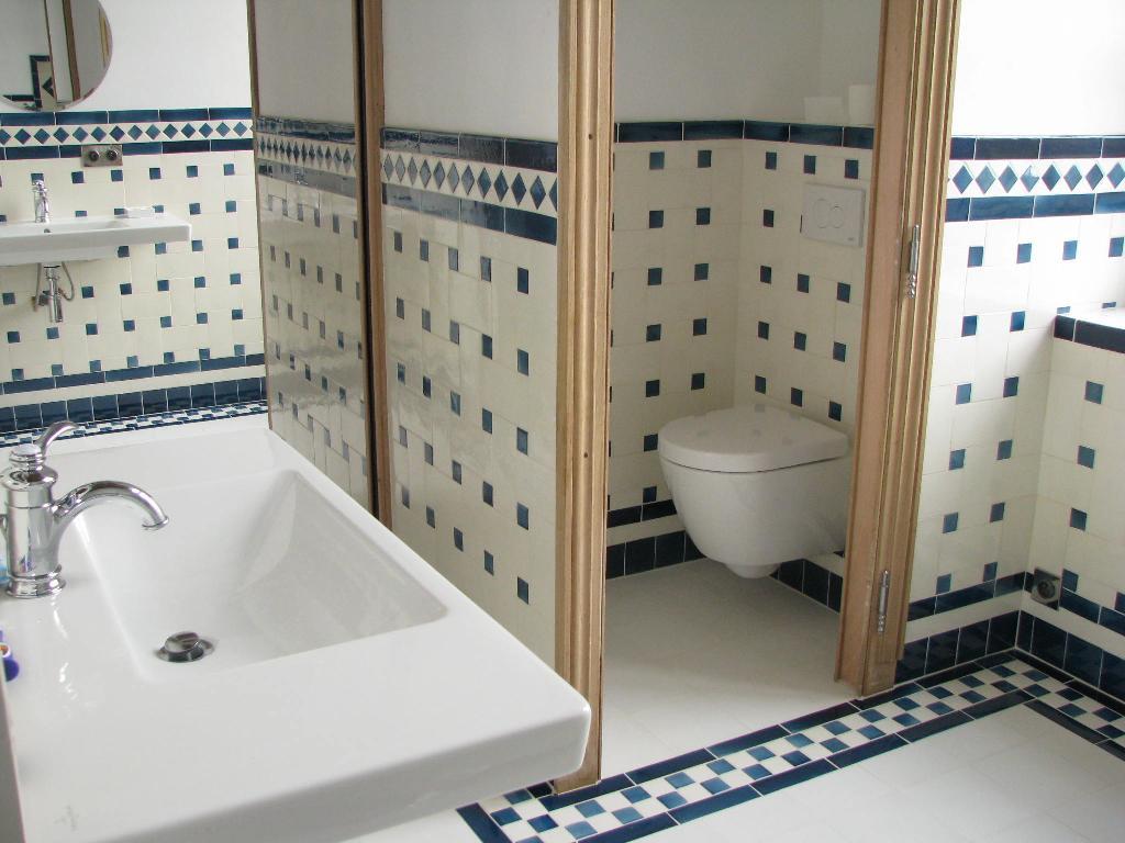 Salle-de-bain--replique-musee-Camondo-Paris-Ceramiques-du-Beaujolais-faience-carreaux-vieux-blanc-10x20-et-cabochons-bleu-ancien-5x5
