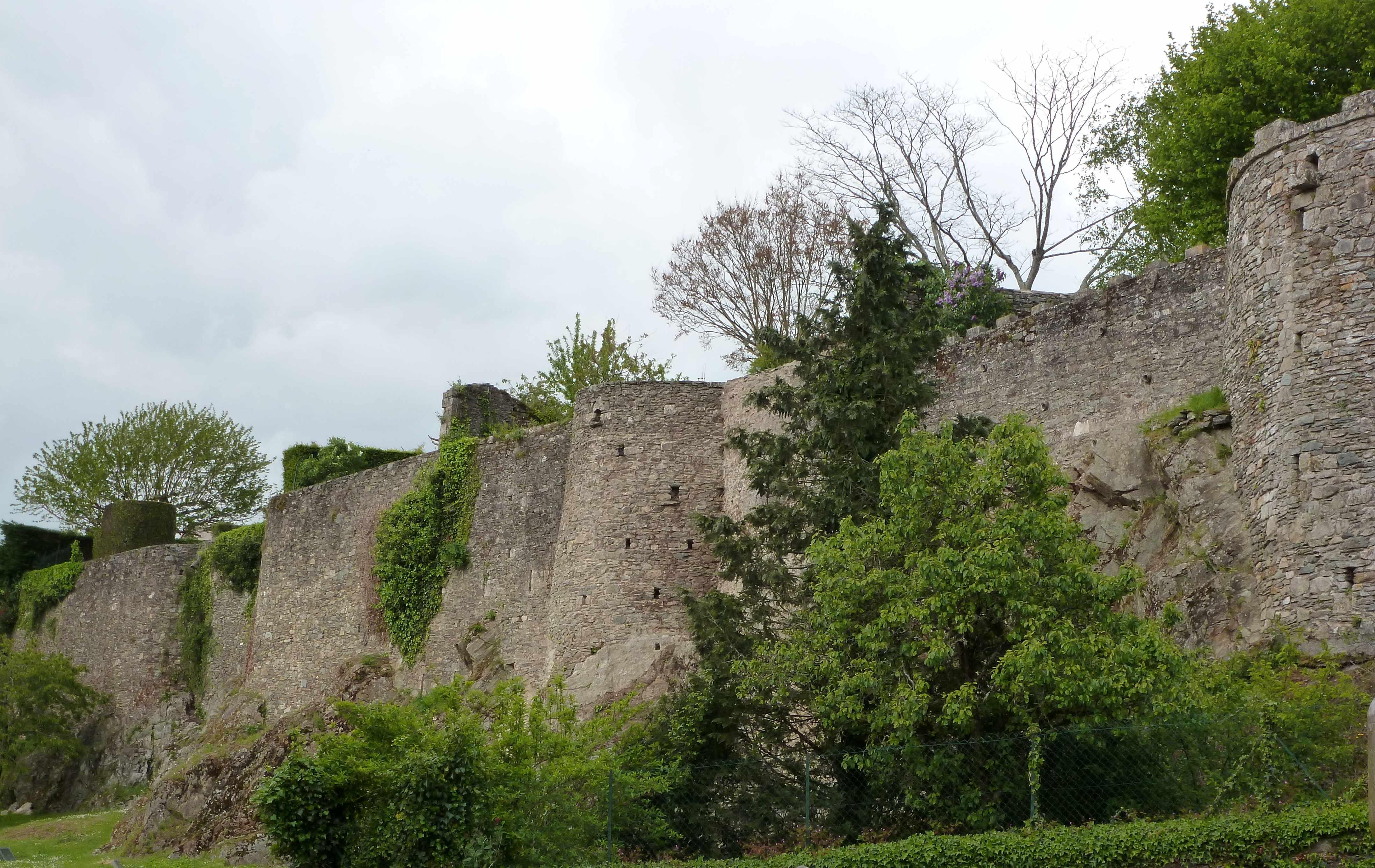 Vouvant-85-remparts-chateau