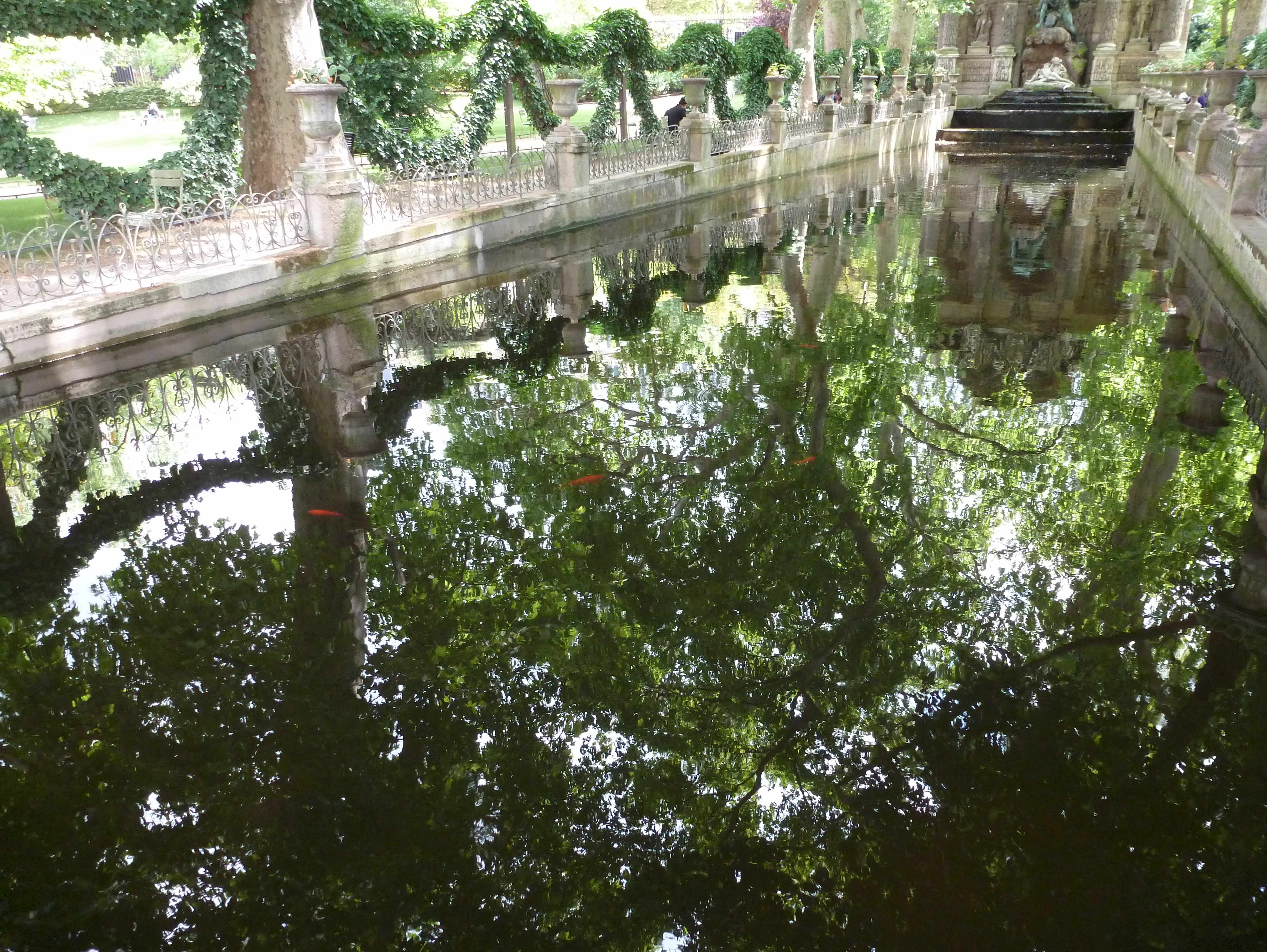 Paris-fontaine-Medicis-miroir-2014