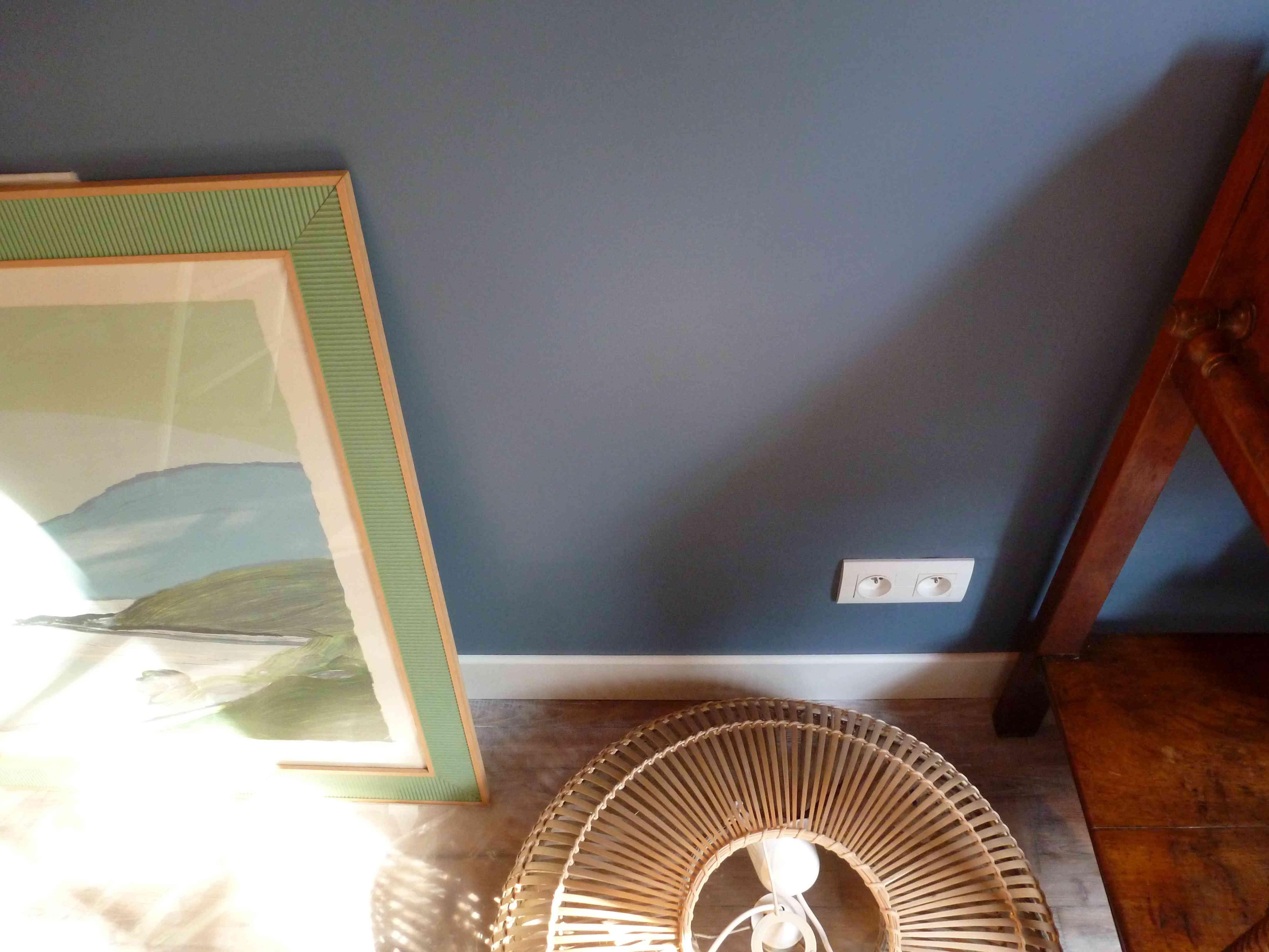 Suspension bambou sur mur bleu