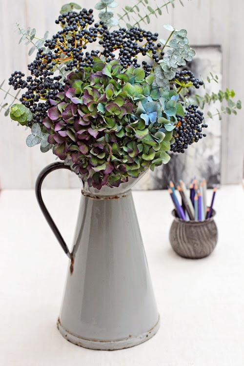 Bouquet bleu-Hydrangea-Viburnum-Eucalyptus-Of-spring-and-summer