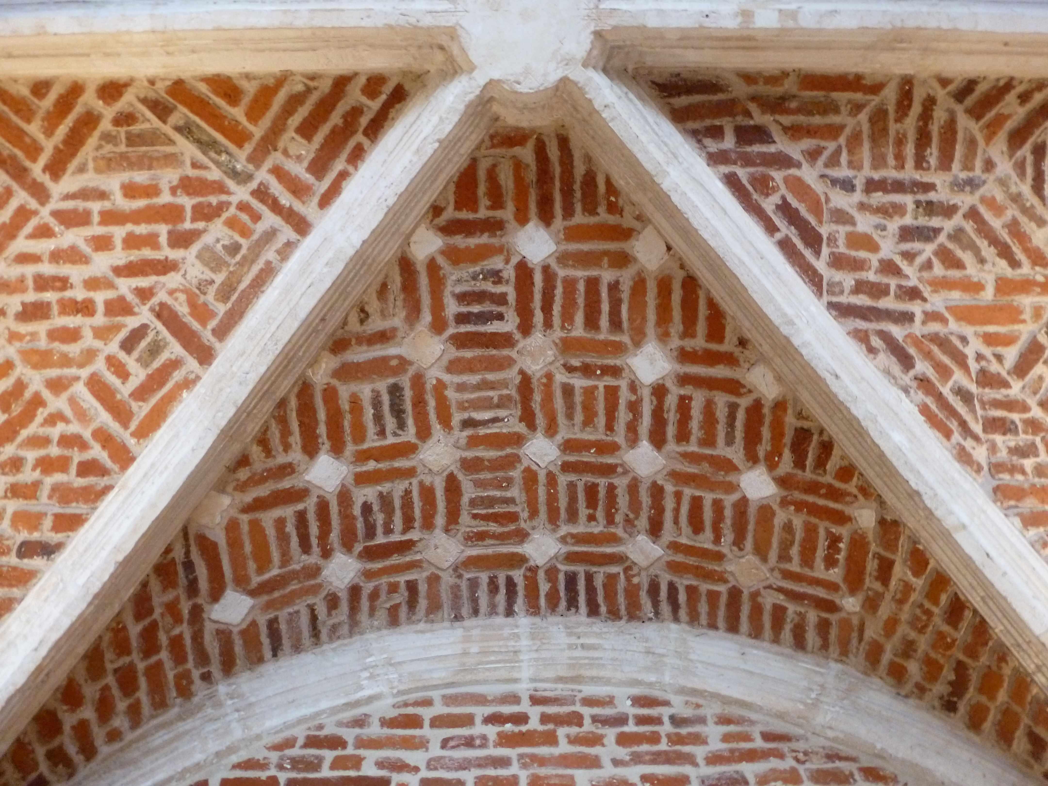 Lille Couvent minimes decor geometrique briques voute cloitre (3)
