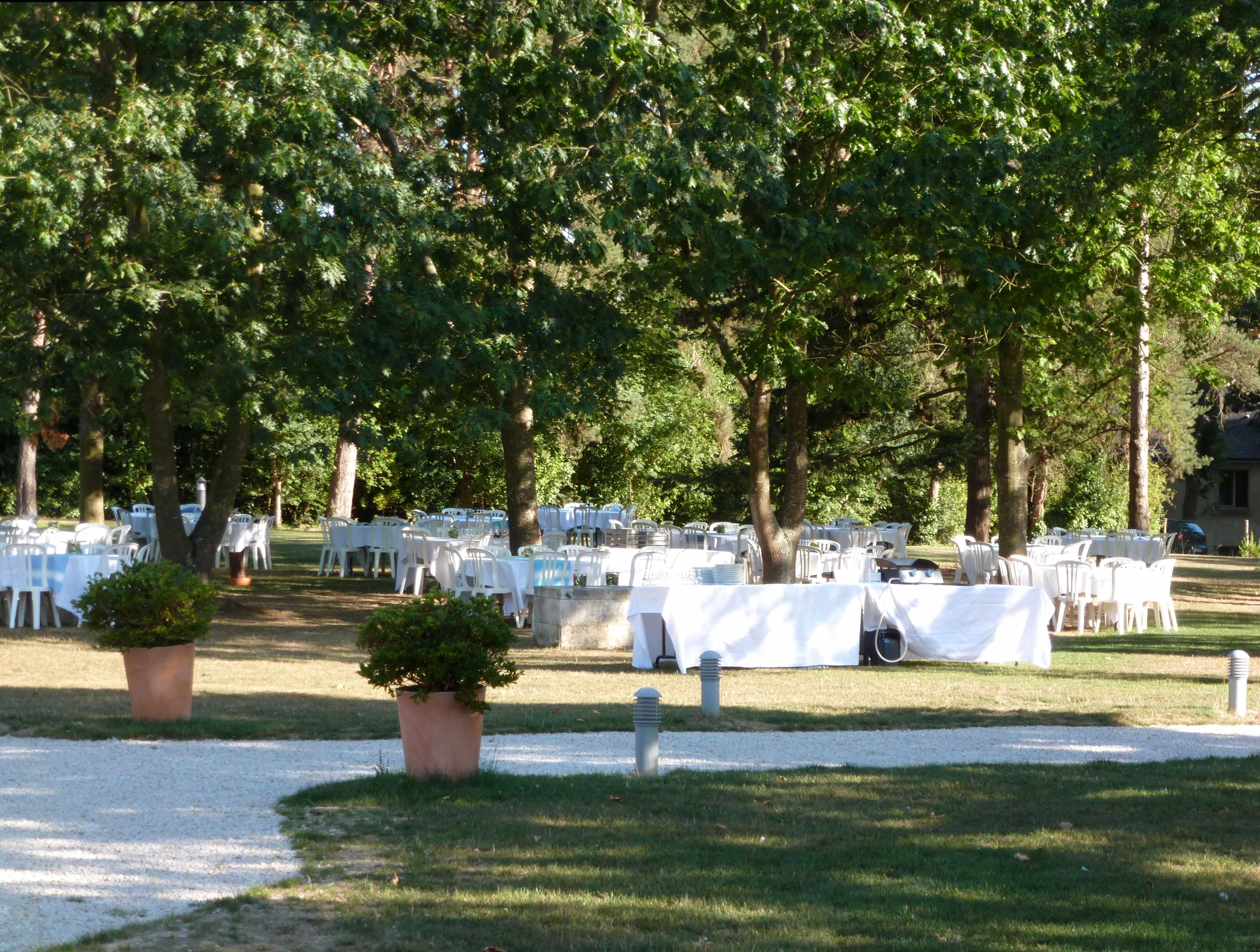 DECO mariage Marie tables sous les arbres