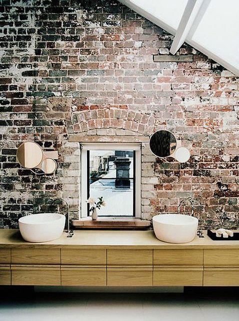 salle de bain mur brique brute