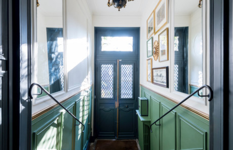 L'entrée vue du haut de l'escalier après rénovation