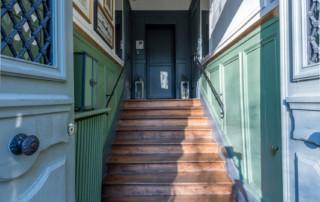 L'entrée vue du bas de l'escalier après rénovation