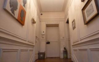 L'entrée vue du bas de l'escalier avant rénovation