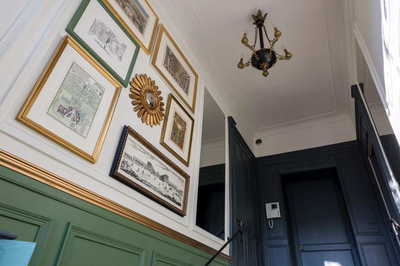 Panneau de gravures en mosaïque et miroirs après rénovation