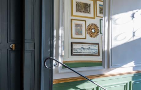 Jeu de miroirs dans l'entrée après rénovation