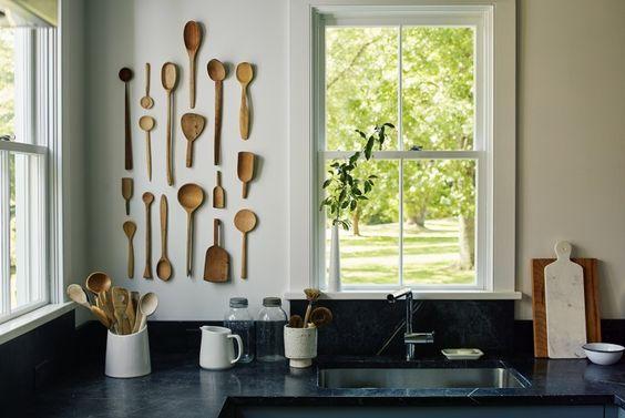 Décorer avec des cuillères en bois (image Pinterest de Remodelista)