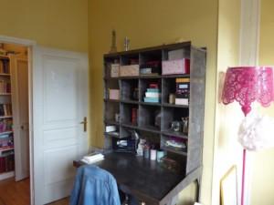 Chambre Bertille Avant : bureau indus et murs jaunes