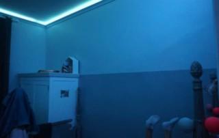 Atouslesetages_conseil_deco_chambre_Bertille_corniche_lumineuse_bleu