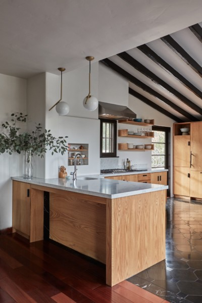 Cuisine_Atouslesetages_conseil_agencement_Remodelista_kitchen-live-oak-wood-cabinets-beamed-ceilings-joliet
