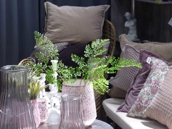 Atouslesetages_MetO_2018-01_Affari-of-Sweden_salon_coussins_vases_rose-parme