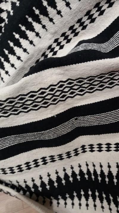 tapis_ethnique_noir-blanc_Bouchara_2018_Atouslesetages_conseil-deco