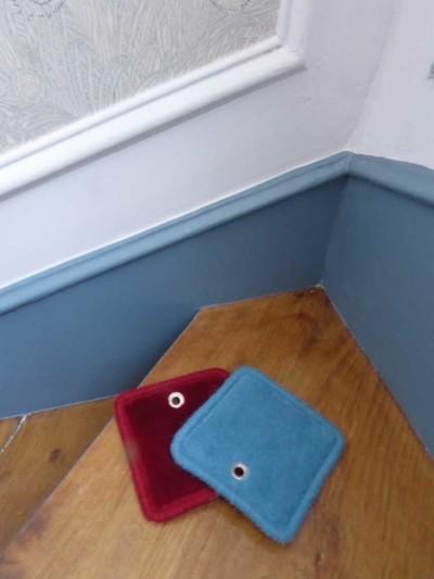 Choix_tapis_escalier_rouge_lisere_bleu-Atouslesetages_conseil-deco