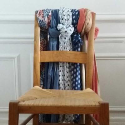 echarpes-sur-dossier-chaise_Atouslesetages_bonne-idee-deco-pratique_2