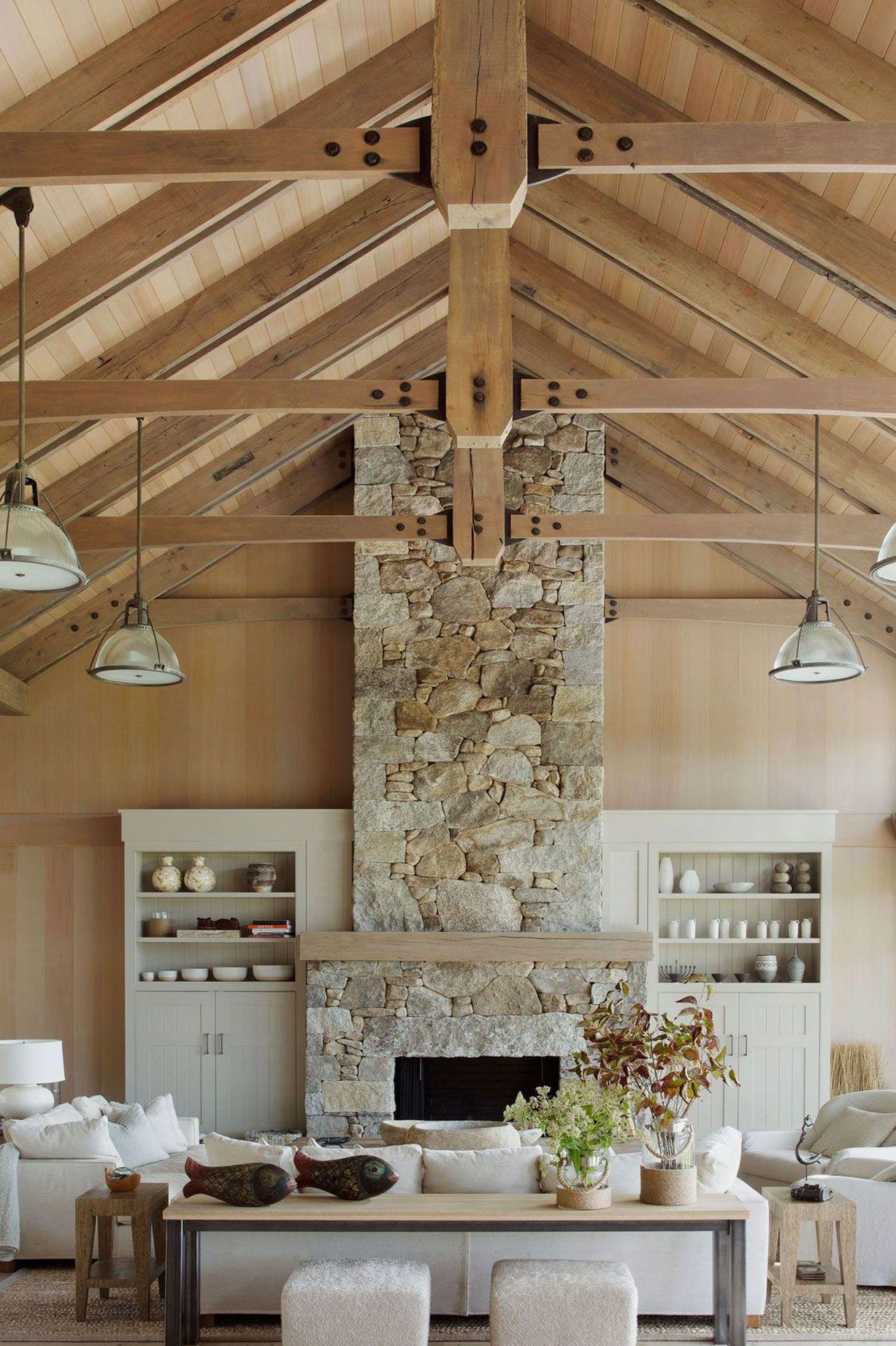 un-salon-rustique-chic-avec-hauteur-sous-plafond-type-cathedrale_Eric-Roth_Cote-maiosn